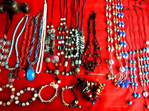 Đồ trang sức được bán khá nhiều tại các khu vực hồ Inle, Yangon, Bagan và Mandalay. Đồ trang sức ở đây được chế tác từ ngọc, bạc và kim loại miếng nhưng nhiều nhất là các sản phẩm làm từ ngọc như vòng cổ, vòng tay.