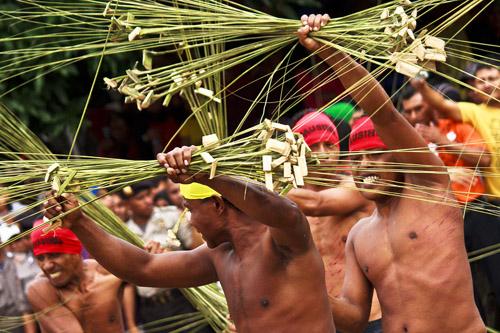 Pukul Sapu - lễ hội độc đáo của Indonesia