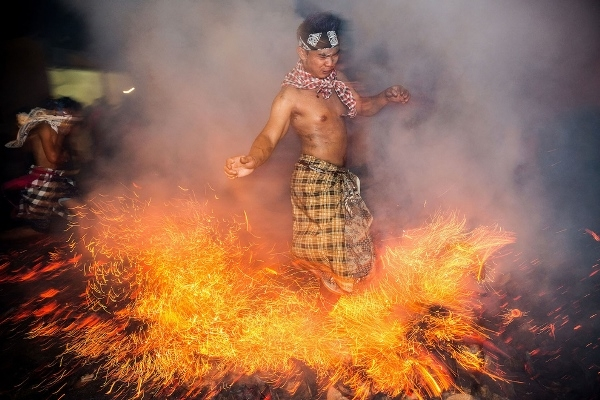 lễ hội ném lửa