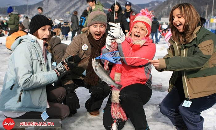 lễ hội câu cá hồi trên băng